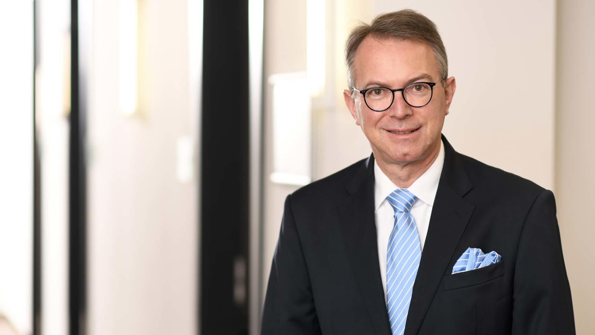 Porträt Dr. Beckmann im Flur RGT M&A, Unternehmensbewertung, Due Diligence, Vertragsgestaltung